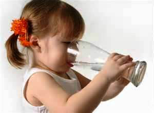 http://images.comunidades.net/cli/clinicaciso/Drinks_enough_water.jpg