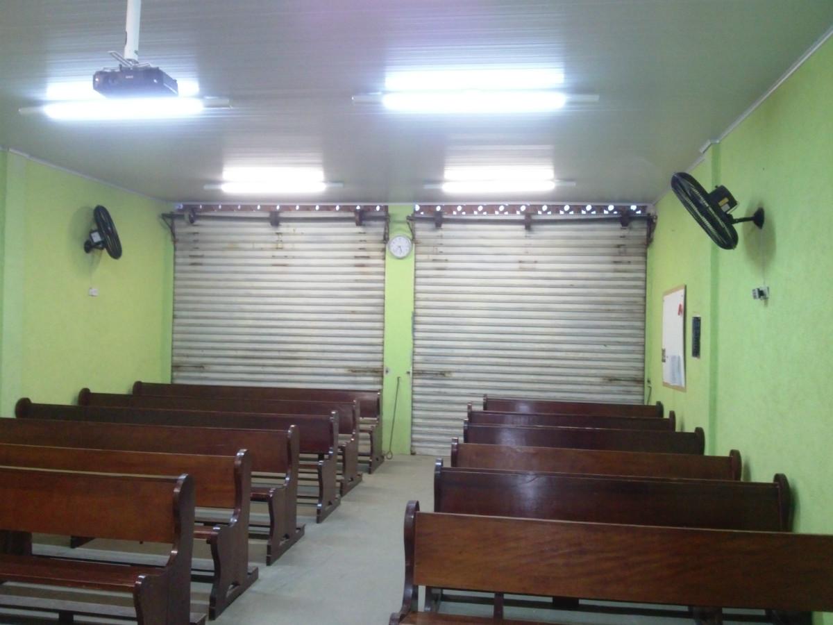 Forro de PVC em um salão de laje e grande vigas expostas. #5C3E30 1200x900