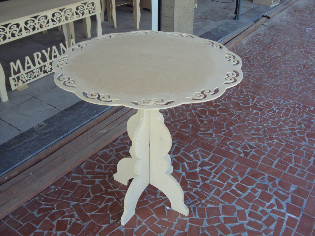 Mesa para bolo com pé cruzado e tampão vazado