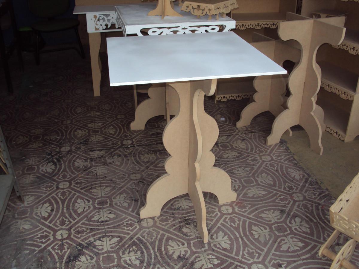 Mesa para bolo com pé cruzado