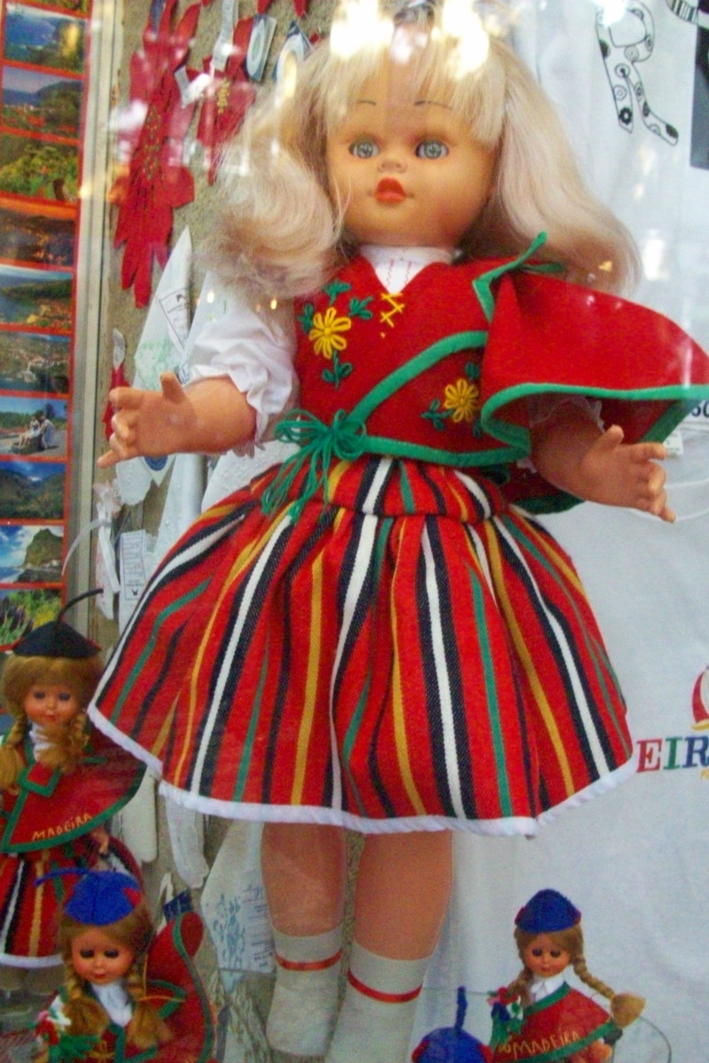 Boneca vestida com traje da Ilha da Madeira