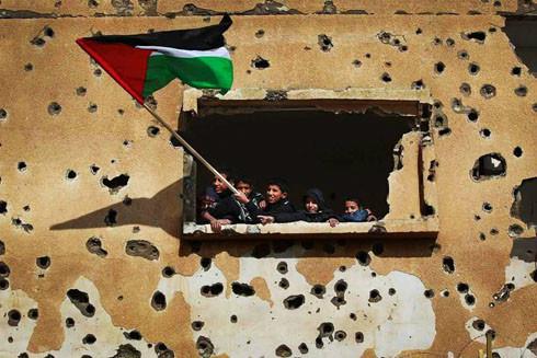 Crianças, Bandeira e O Muro Perfurado