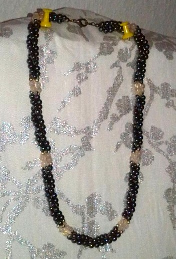 collier torsadé en perles naturelles bi-couleurs.