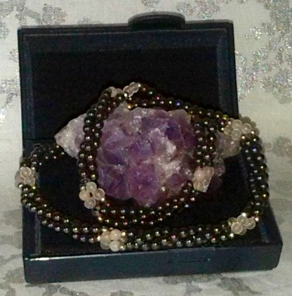 collier torsadé en perles naturelles, bi-couleurs.